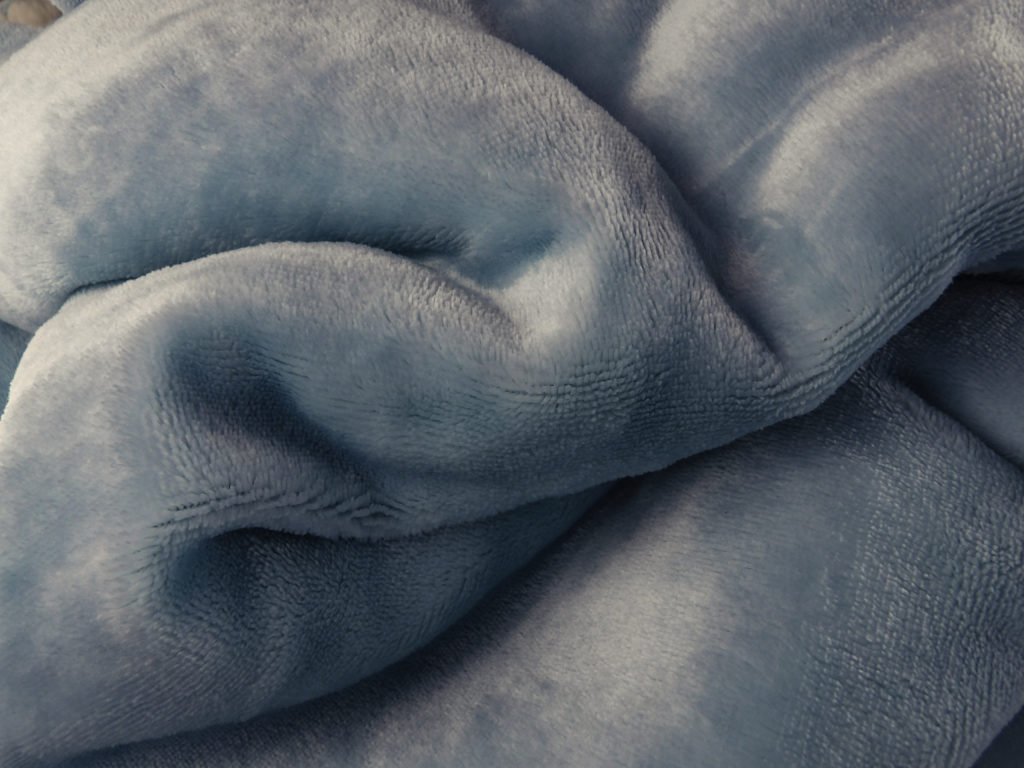 Bedsure Blanket in Light Blue has a beautiful soft sheen