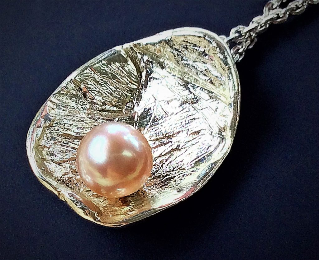 Lovely natural pearl color comes in various pinkish hues