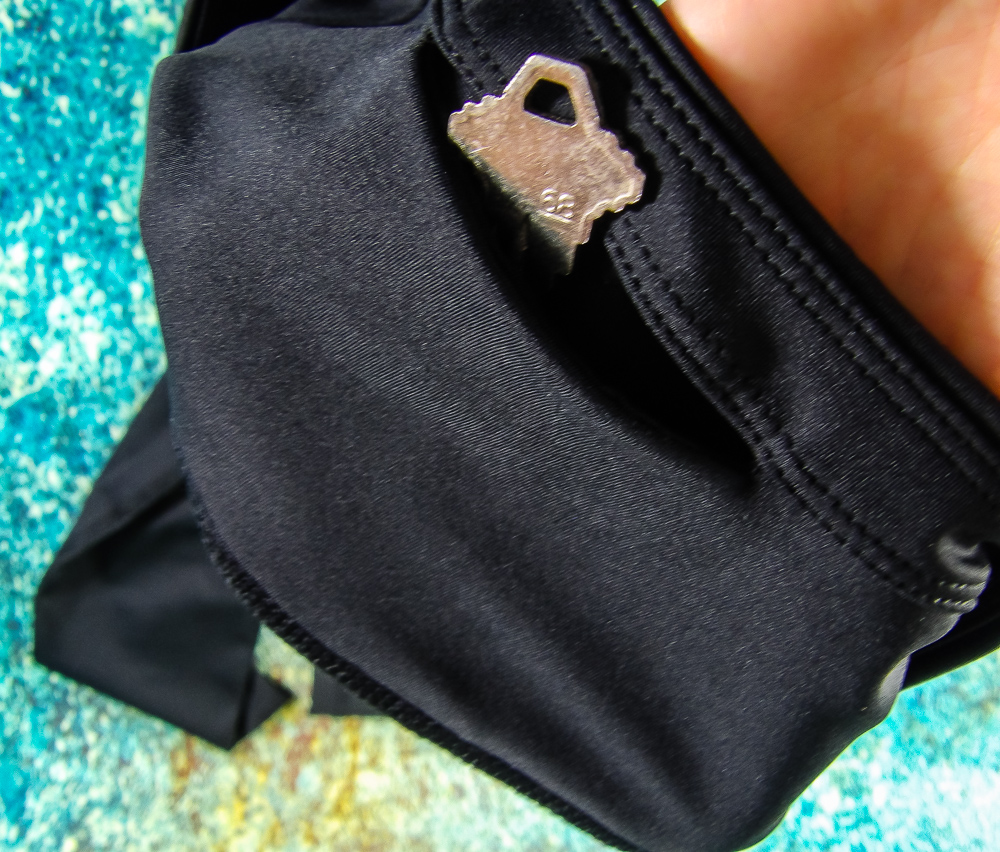 Hide your house, car or gym locker key safely and discretely in Sport-It's hidden pockets