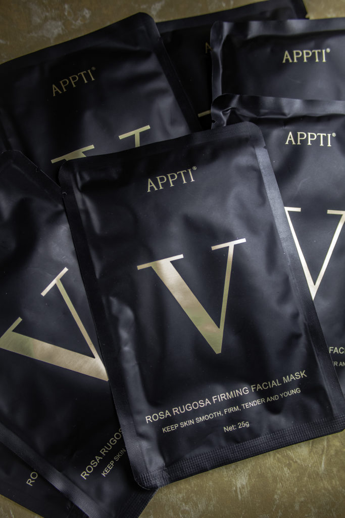 V Line Lifting Face Mask has ingredients typically found in high-end anti-aging serums.