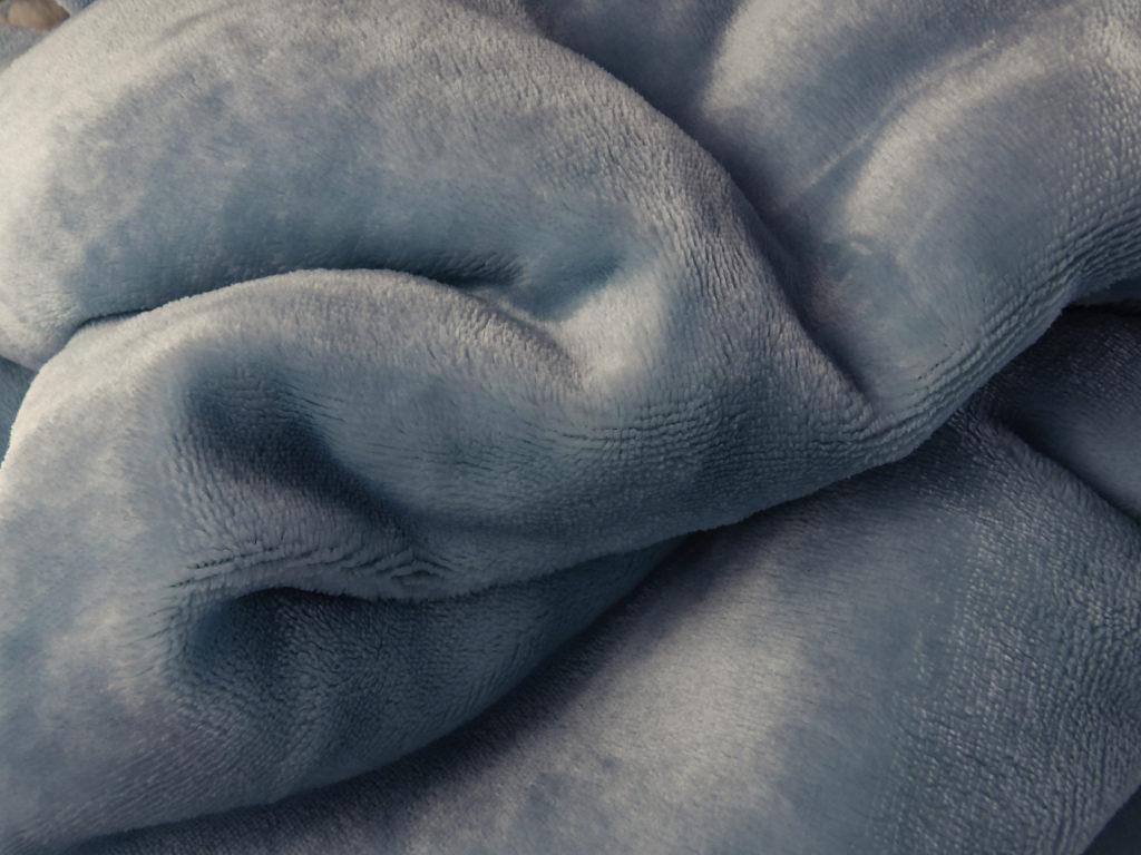 Bedsure Blanket in Light Blue has a beautiful soft sheen