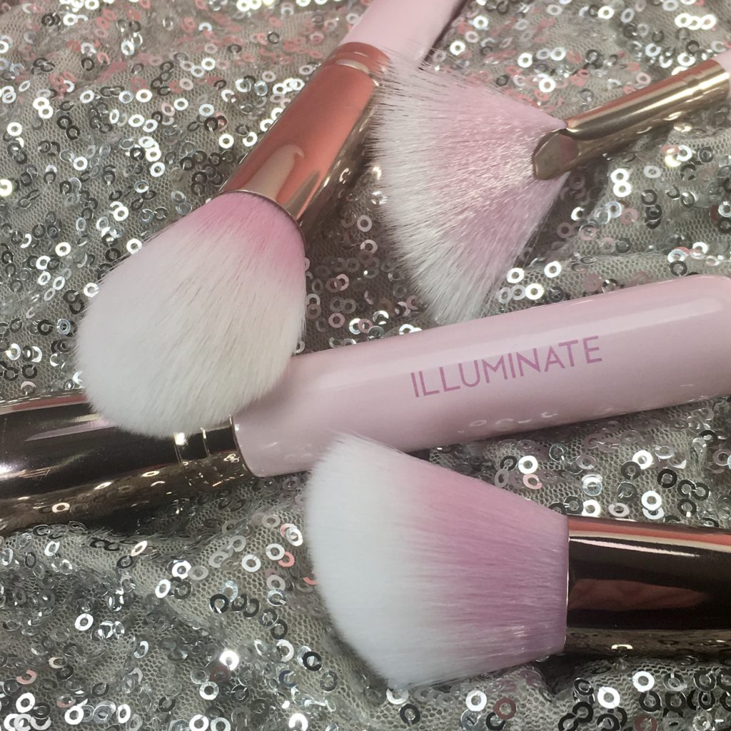 Easy to grip handles make makeup application a breeze for even a novice